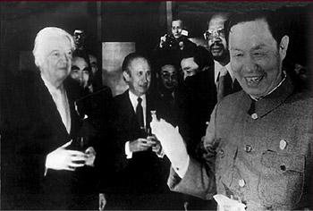 """1979年10月25日,国际奥委会执委会通过了""""名古屋决议"""",这是解决国际体育组织里""""中国代表权问题""""的决定性一步国际奥委会主席基拉宁、副主席萨马兰奇、执委西别尔科向中国奥委会秘书长宋中表示祝贺。"""