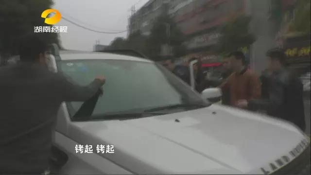专案组在湘阴县旭东路加油站附近将张某某与汪某某现场现场交易时,直接抓捕。