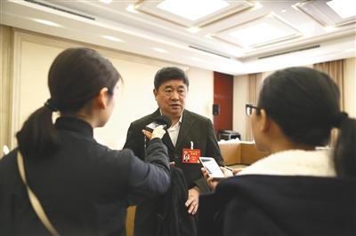 3月4日,北京会议中心,故宫博物院院长单霁翔委员接受媒体采访时表示,今年5月,故宫文创馆将开到神武门外。新京报记者 侯少卿 摄