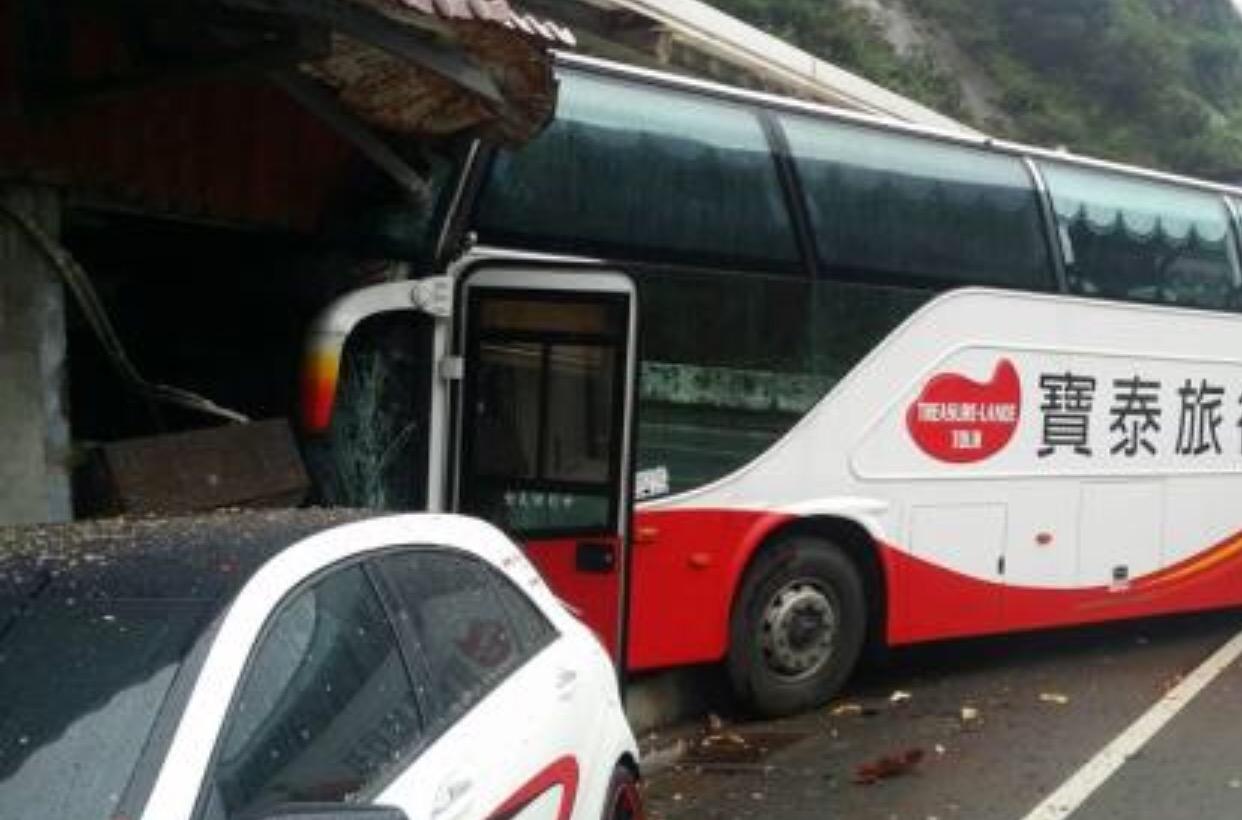 据台媒报道,今天10点左右,一辆游览车行经台湾新北市万里区港东路时,不明原因冲入民宅。初步了解,车上载有23名大陆游客(含领队),车祸导致3名乘客轻伤,司机受伤送医,其他乘客无大碍。事故原因正在调查。(央视记者 张雪松)