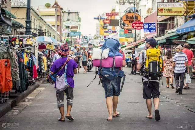 泰国考山路是背包客的聚集地 / 携程