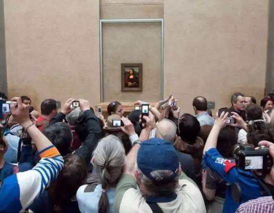 给《蒙娜丽莎》拍照的各国游客 / 大艺网