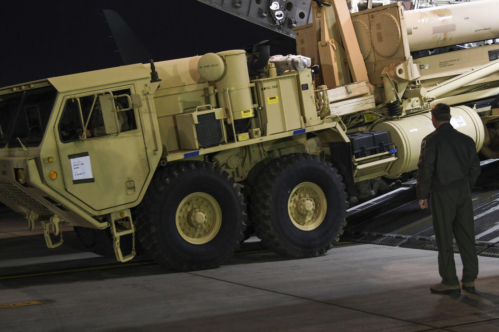 """据悉,3月6日抵达韩国的""""萨德""""系统装备包括两台发射架。韩国政府否认与正在进行的""""鹞鹰""""美韩大型军演相关,但是此前美韩军方曾在多个场合表示今年的""""鹞鹰""""以及""""关键决心""""军演中将会对""""萨德""""作战概念进行演习。"""