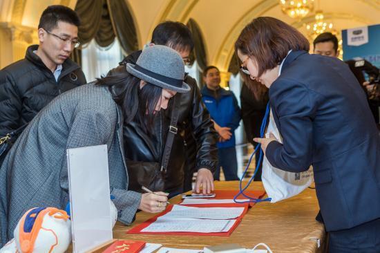 参加活动的嘉宾签到