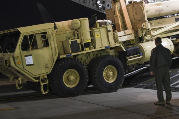 """3月6日晚,""""萨德""""系统部分装备运抵韩国首尔以南约70公里处的美军驻韩国乌山空军基地。新华社 图"""
