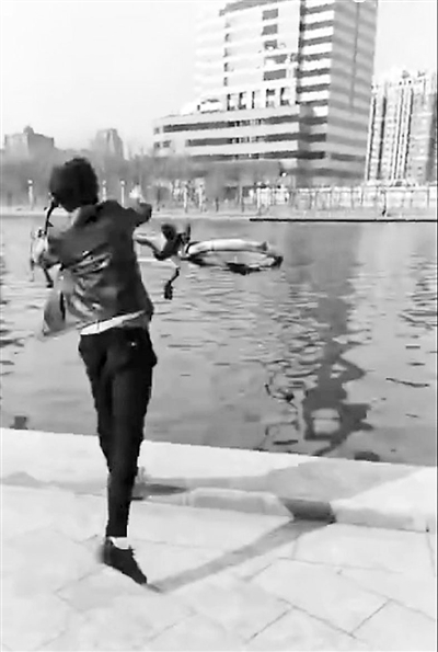 """双手抬起黄色自行车,大步走向河边,随手一甩,一辆近乎崭新的ofo共享单车随即被扔进河里。近日,这样一段""""怒扔天津自行车""""的直播视频在网间热传并引发众多网友关注。"""