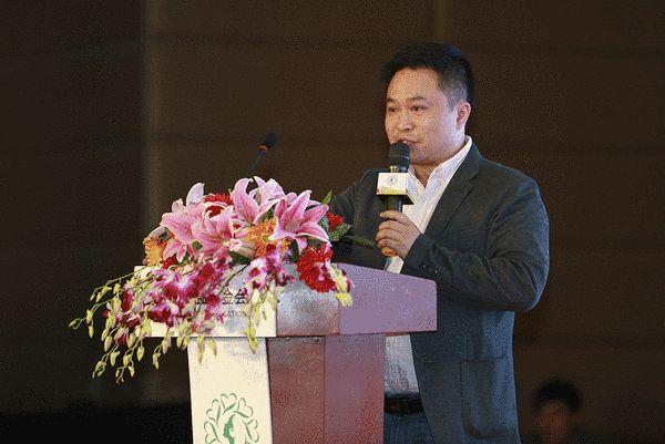 心衣公益基金会常务副秘书长曾鸿毅介绍一心一益项目情况