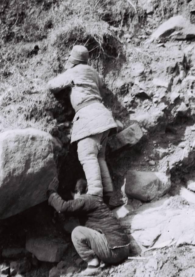 戎冠秀重现掩护伤员的情景——1943年反扫荡中,戎冠秀曾让八路军伤员蹬着她的肩膀爬入隐蔽的山洞。