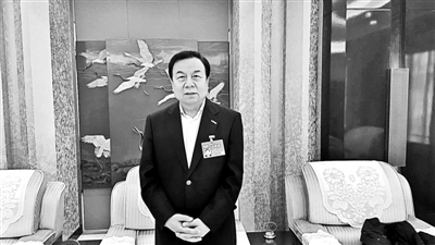 正在进行的全国两会上,全国政协委员、民建中央常委、林达集团董事局主席李晓林在接受北京青年报记者采访时表示,他在今年提交了《关于将器官移植手术费纳入大病医保的建议》的提案,建议在我国器官移植手术日臻成熟的情况下,将器官移植手术费用纳入大病医保报销范围,从而减轻需要进行器官移植患者的经济负担,挽救更多的生命。