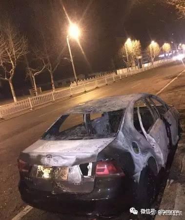 轿车起火烧死2岁女娃 父亲跪地痛哭