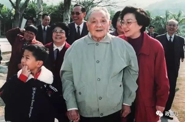 2003年9月,邓卓棣开始读北京大学法律系,他的祖母卓琳与父亲邓质方均毕业于北京大学物理系。