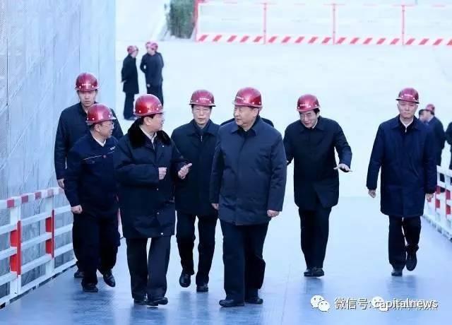 这是总书记三年里第二次考察北京工作。2014年2月26日,是首都发展史上具有里程碑意义的一天。那一天,总书记对北京发展提出殷切期望,明确了北京作为全国政治中心、文化中心、国际交往中心、科技创新中心的战略定位,提出了北京要建设国际一流和谐宜居之都的目标,确立了京津冀协同发展的重大国家战略。