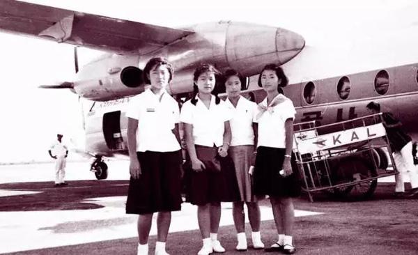 """1952年2月2日,朴槿惠出生于大邱,是韩国前总统朴正熙的长女。朴槿惠9岁时,朴正熙发动军事政变上台,她以""""第一女儿""""身份入住青瓦台。这是学生时代的朴槿惠(左二)。"""