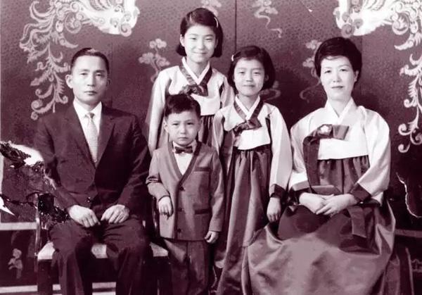 """朴槿惠22岁的时候,母亲陆英修遭刺杀,她匆匆结束法国留学生涯回国,一度代行""""第一夫人""""部分职责。这是朴槿惠全家的合影照。"""