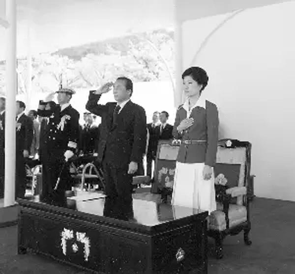 朴槿惠与父亲朴正熙在一起参加集会。