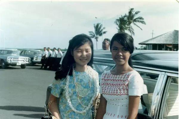 """1997年,朴槿惠加入韩国大国家党,次年在父亲朴正熙的出生地,即庆尚北道和大邱赢得中期选举,当选国会议员,当时她竞选的口号就是""""为完成父亲未完成的事业尽一点力""""。这是学生时代的朴槿惠参观萨摩亚。"""