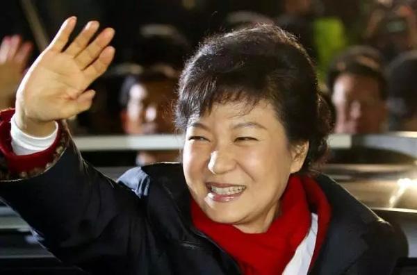 2012年12月19日,韩国大选投票结束,朴槿惠在党总部庆祝赢得胜利,成为韩国首位女总统。