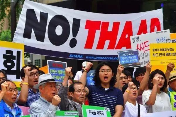 """一方面,""""闺蜜门""""事件引起韩国上下的震惊;另一方面,韩国部分民众反对""""萨德""""部署。一时间,韩国民众抗议游行不断。"""