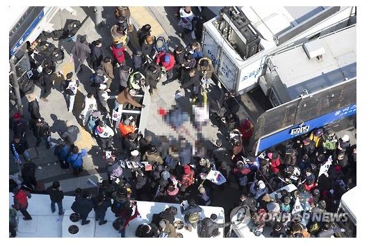 韩国警方表示,部分朴槿惠支持者跟警方发生冲突,乱掷砖块和酒瓶,并企图闯入宪法法院,遭全副武装的防暴警察阻止。一名年约70岁的示威者跳上警车示威期间,不慎失足堕地,送院后伤重不治。