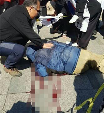 在安国路地铁站外,更有朴槿惠的支持者切腹,血流满地。