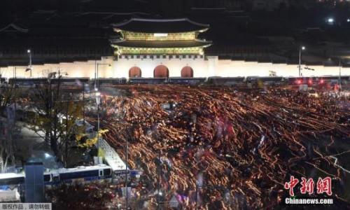 抗议的韩国民众