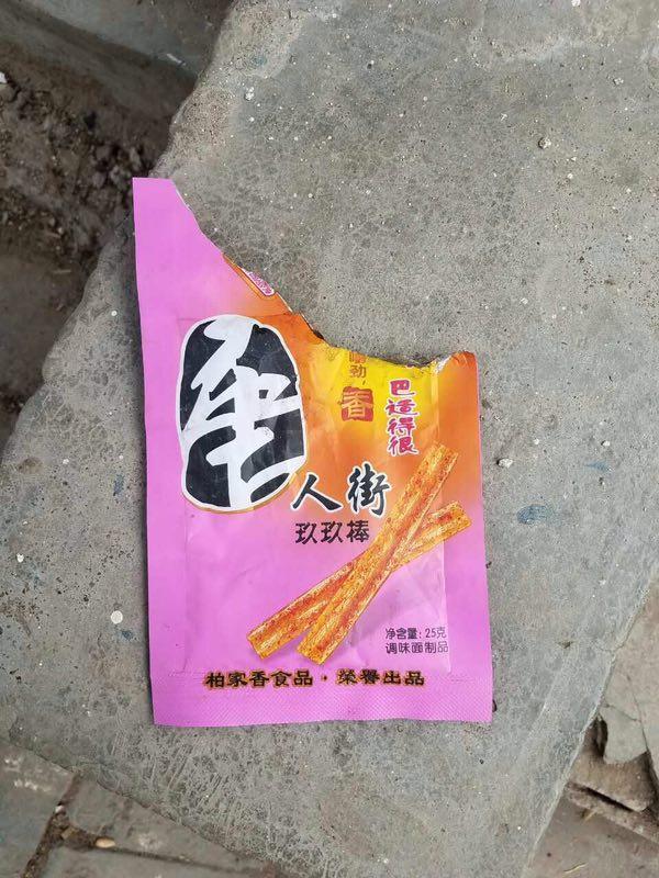 """河南伊春县黄村附近,""""唐人街""""辣条。"""