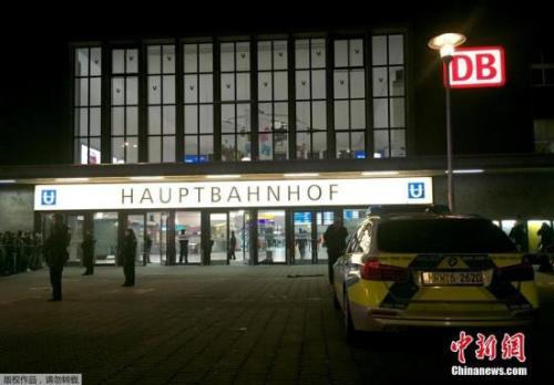 """该市警察局发表声明说,当地时间9日晚上8时50分,一名男子在火车站以斧头肆意砍人,并指行凶男子""""显然有精神问题""""。"""