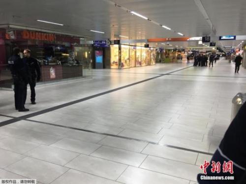 """一名目击者接受采访时说:""""当时我们正站在月台上等候列车,火车到站时,突然有个人手持斧头走出车厢,接着(他)开始四处攻击人。""""他说:""""到处都是血迹斑斑。"""""""