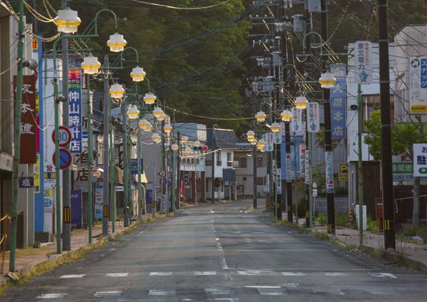 2016年5月,受到高度污染的日本福岛县富冈市,街道上空无一人。 视觉中国 资料图
