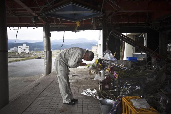 2011年9月10日,日本陆前高田市,一名民众在地震半年纪念活动中为死难者祈福。 视觉中国 资料图