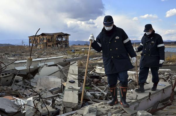 当地时间2014年3月10日,日本浪江市,警察再次来到福岛核电站附近的浪江市搜寻可能存在的幸存者。 视觉中国 资料图