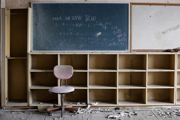 安室奈美惠镇上的学校里,教室里空空荡荡,桌椅板凳上布满灰尘。