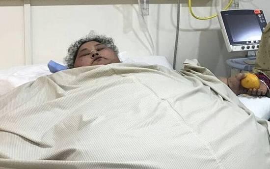 据台湾东森新闻云报道,埃及37岁女艾提(Eman Ahmed Abd El Aty)体重重达500公斤,被认为是全世界上体重最重的女人,上月她飞往印度进行减重手术,顺利在25天内瘦下100公斤,孟买赛菲医院(Saifee)发言人9日表示,艾提的手术状况比预期来得好,在未来6个月内还有可能再瘦200公斤。