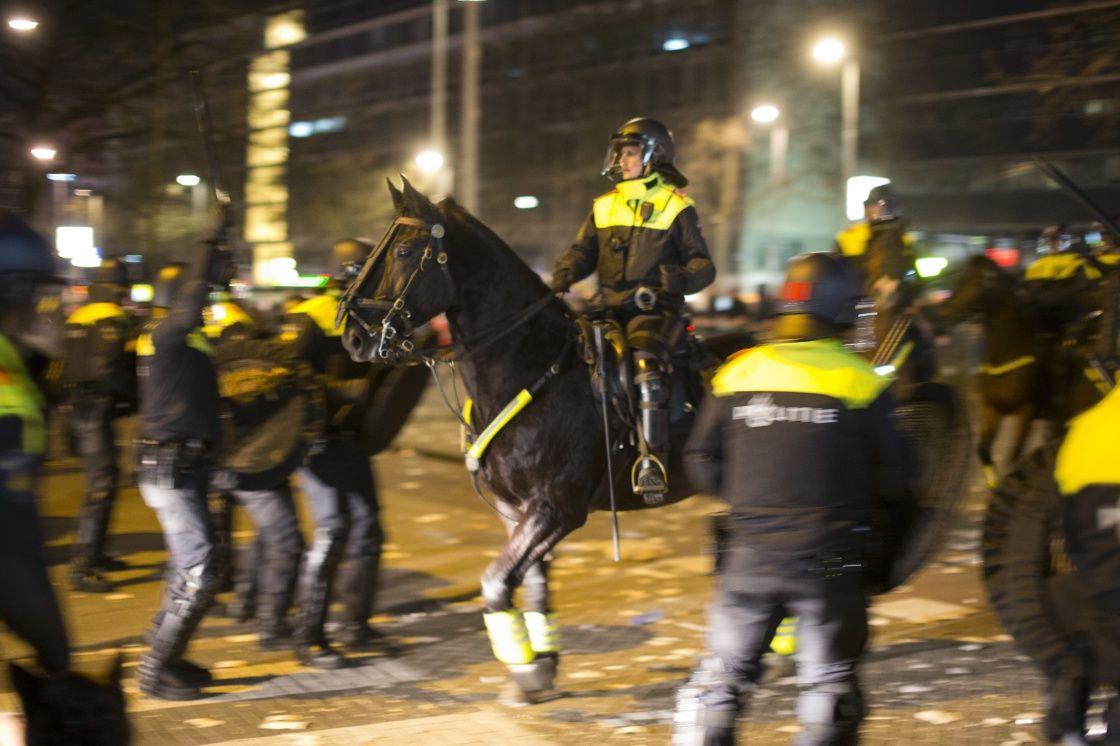 """3月12日,在荷兰鹿特丹的土耳其领事馆附近,荷兰警方与在此示威的土耳其人对峙。荷兰政府11日取消土耳其外长恰武什奥卢班机在荷兰的着陆权。荷兰外交部发表声明称,取消土外长班机着陆许可是出于""""公共安全方面的原因""""。此举引发土耳其人的不满和抗议。新华社/美联"""