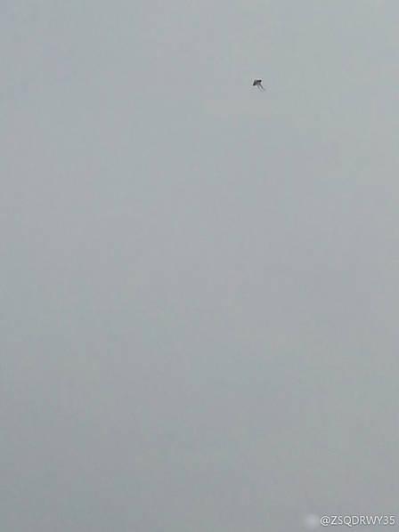 这次不是无人机,是风筝。就在TAO 35跑道下滑道上,从第一张山航73G复飞开始已经一个多小时没有航班落地了,大韩、东航等多架航班盘旋等待,大韩现在备降去了。