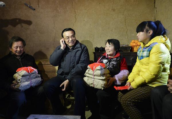 中国日报3月12日电(记者 张�h)3月10日傍晚,陕西安康旬阳县的高一学生杨康结束一周住校生活,回到爷爷奶奶家。祖孙三人一边做饭一边聊起新闻。