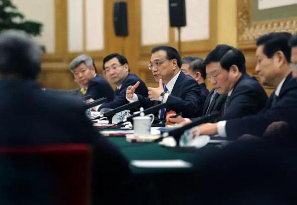 """看到这条新闻时,杨康说,总理爷爷亲切的面孔一下子就浮现在自己眼前。千里之外,她别提多兴奋了,""""呀,总理爷爷还记得我们家!"""""""