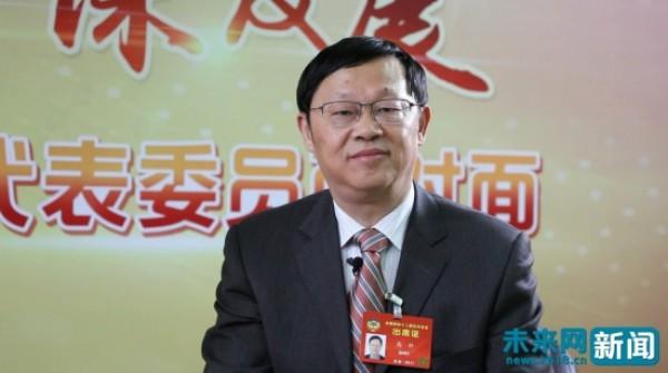 全国政协委员、华东师范大学教授高抒在接受未来网记者的采访。