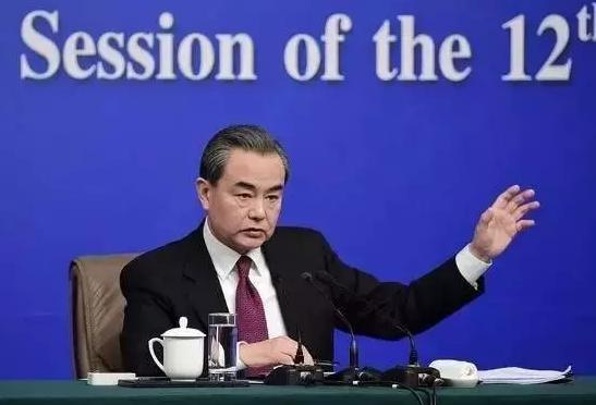 """3月8日,十二届全国人大五次会议新闻中心举行记者会,邀请外交部部长王毅就""""中国的外交政策和对外关系""""的相关问题回答中外记者的提问。图据新华社"""