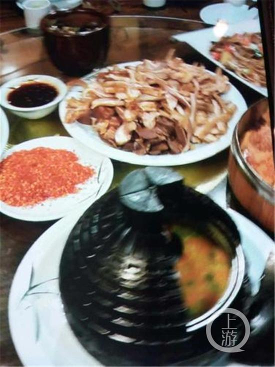 """重庆女子聚餐点特色""""地雷菜"""" 上桌后爆炸脸被烫伤"""