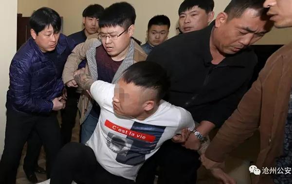 """3月12日上午10时许,沧州警方在郊区一宾馆内将无故寻衅执勤交警的女子刘某(沧县崔尔庄人)捕获。 本文图像均为微信公家号""""沧州公安"""" 图"""