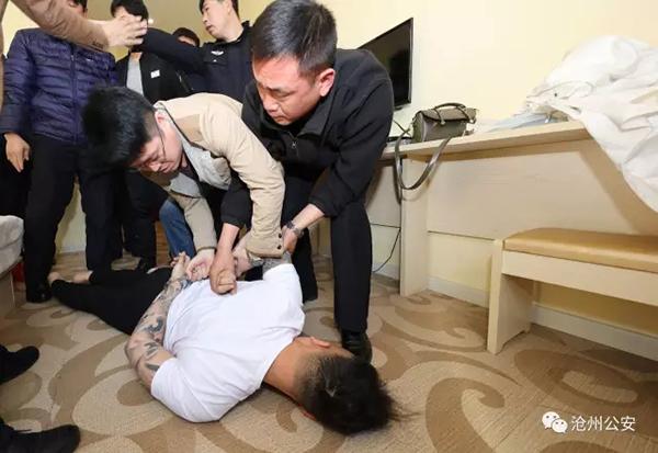 警方依法将怀疑女子捕获。