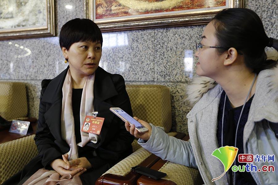 全国政协委员、湖南师范大学文学院教授汤素兰接受中国青年网记者专访。 中国青年网记者 李拓 摄