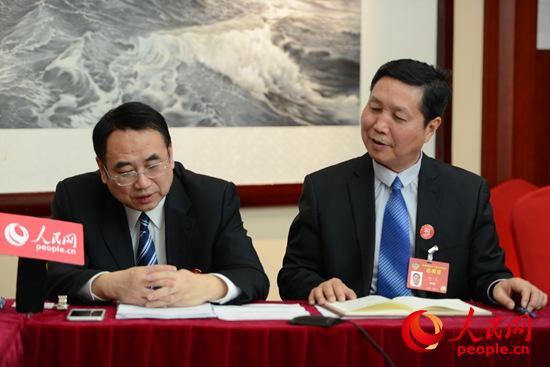 全国政协委员马敏(左)在与吉色方森连线,了解情况。右为全国政协委员何友(摄影 熊旭)