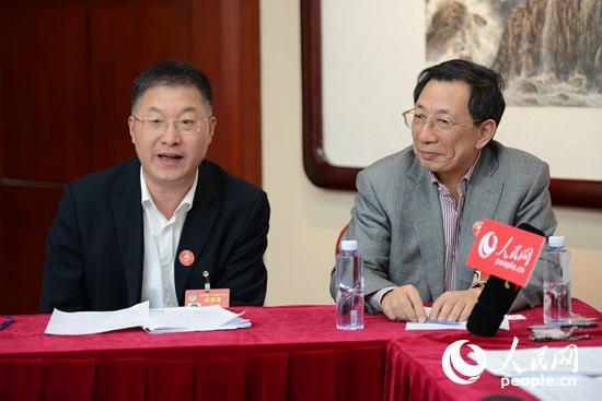 全国政协委员章义和(左)在发表自己的看法。右为全国政协委员姜耀东(摄影 熊旭)