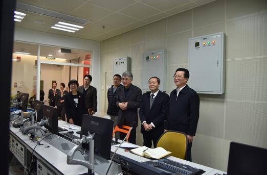 人民日报社副总编辑、人民网董事长王一彪在导播间对直播工作作出部署。