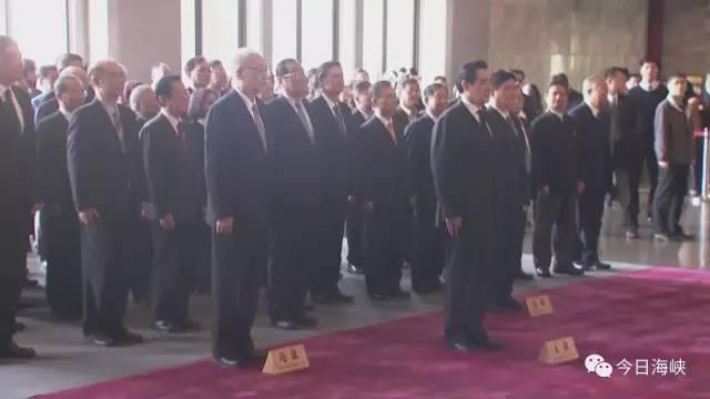 记者在现场看到,中华新住民党、中国台湾致公党等政党与社团陆续前来向孙中山铜像致敬。铜像前摆放着各界人士致赠的花圈,有不少民众及游客与孙中山铜像合影。