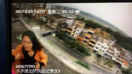 女子欲跳楼逼丈夫就范 被救下反埋怨警察来太快