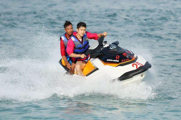 韩东君帅气骑水上摩托