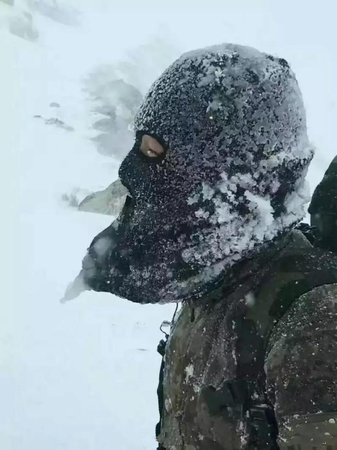 负重前行的战士。